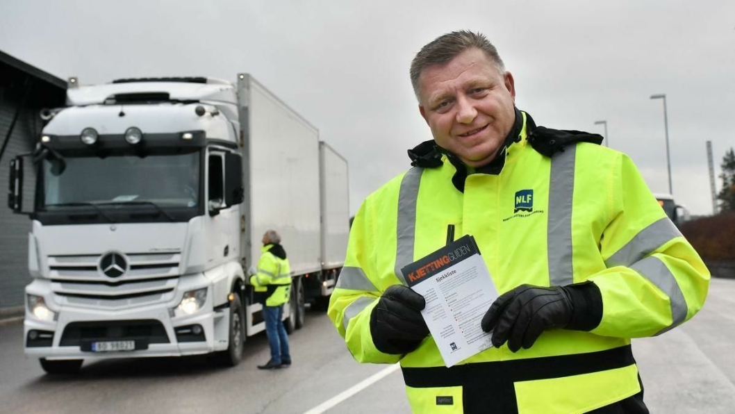 Får informasjon: NLF-direktør Geir A. Mo viser frem Kjettingguiden som deles ut til alle yrkessjåfører som er innom kontrollplassene. (Foto: Stein Inge Stølen)