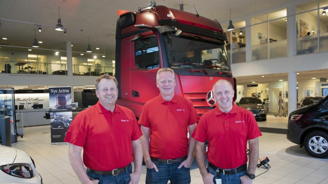Mercedes-Benz selgerne Tommy Solbakken, Geir Bakken og Hans-Jørgen Engen kan vise frem nye Actros på Lørenskog torsdag. Før bilen skal tilbake til fabrikken.