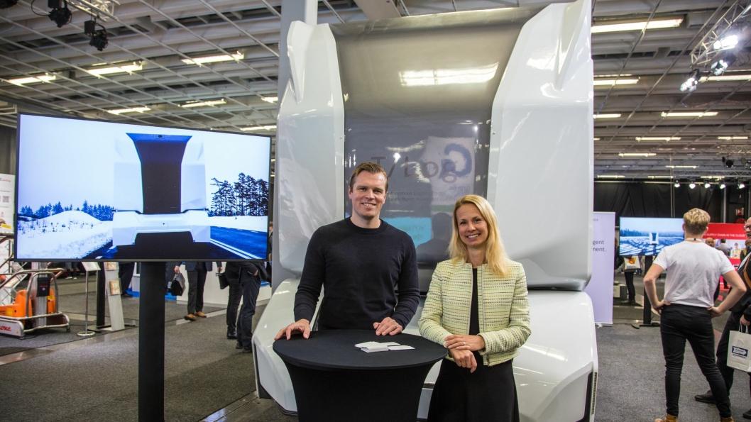 CEO og grunnlegger av Einride, Robert Falck og Linda Borgenstam hos Schenker gleder seg til å teste T-pod på offentlig vei. Her foran søsterbilen T-log under Logistik og Transport-messen i Göteborg tirsdag.