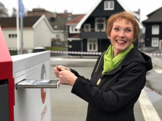 Ordfører Kari Anne Sand i Kongsberg får den første sendingen som er levert i byen. Nå starter testingen for fullt.