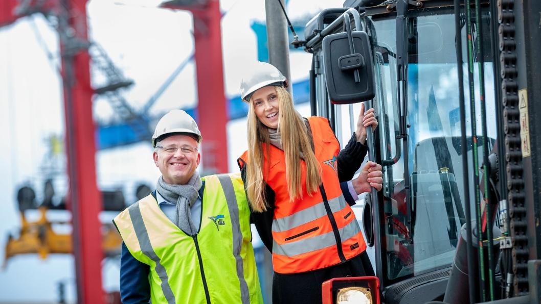 Styreleder Roger Schjerva i Oslo Havn KF og markedssjef i Yilport Maiken Solemdal mener miljøtilskuddet fra Oslo Havn er viktig for å nå målet om en utslippsfri containerterminal.