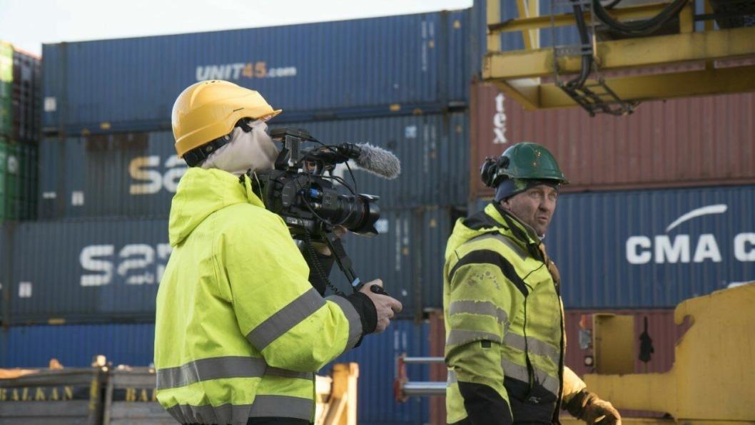 En kameramann fra ITV Studios Norway filmer her havnearbeider Asbjørn Bratthagen på jobb iLarvik havn. Foto: ITV Studios Norway.