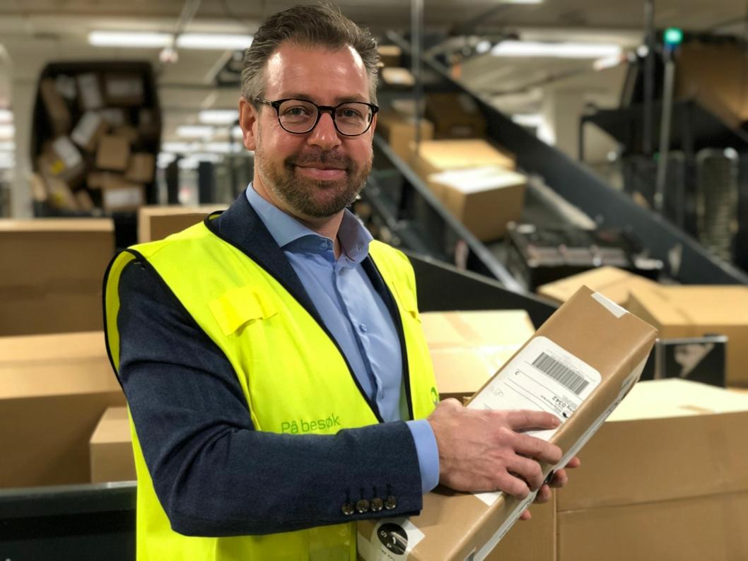 Pressesjef John Eckhoff i Posten Norge med en av 200.000 pakker som skal gjennom Logistikksenter Oslo tirsdag. FOTO: Posten