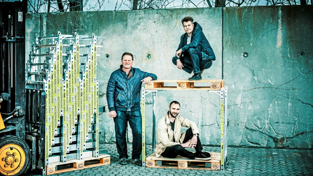 Steen Frederiksen (til venstre) CEO i SpaceInvader, mener potensialet for produktet er stort i Norge. Her samme med  oppfinner og grunnlegger Jesper Rølund (øverst) og Mads Klie-Holde.