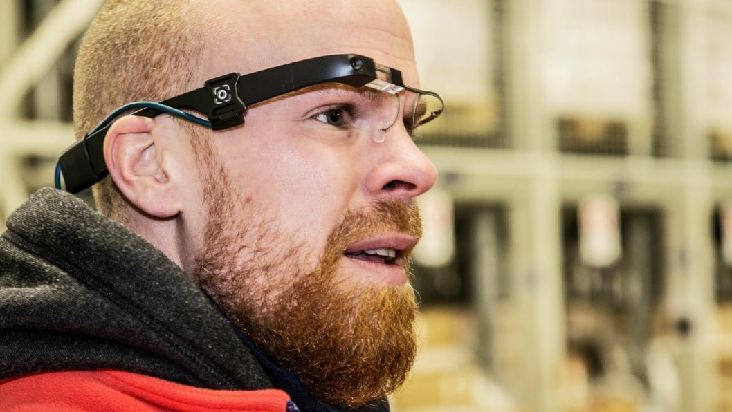 BRILLEFINT: Simen Haugland har i flere uker testet brillene. - Jeg foretrekker helt klart dem fremfor pick-by-voice, sier han.