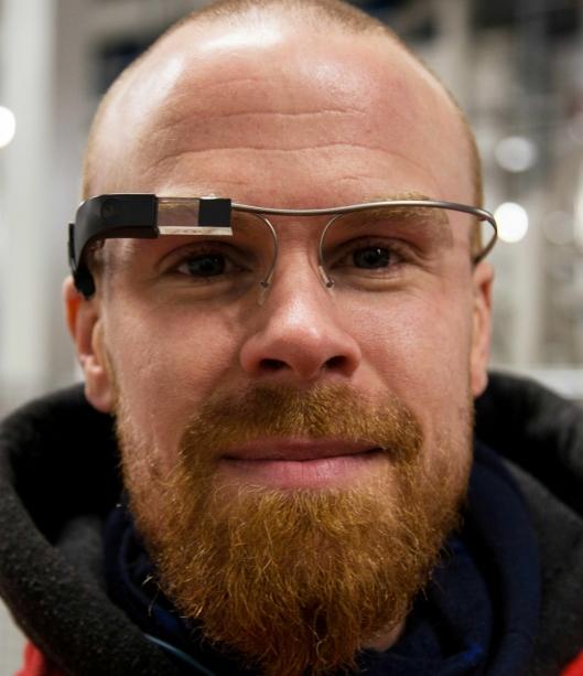 Brillene er lette og behagelige å ha på, synes Simen Haugland.