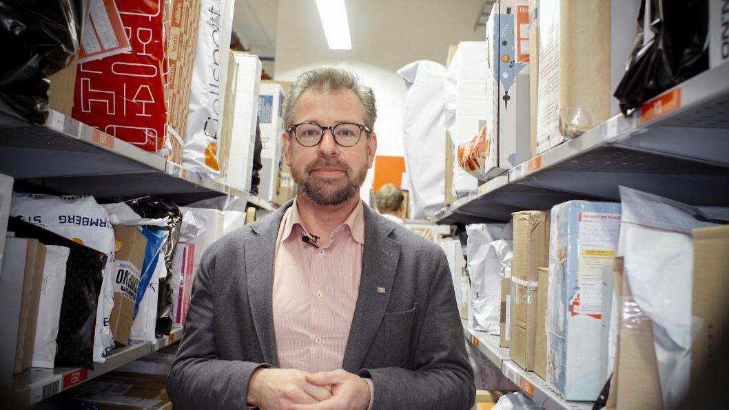 - Her er det veldig fullt, konstaterer pressesjef John Eckhoff i Posten Norge, som ber folk hente pakker så fort de kan.
