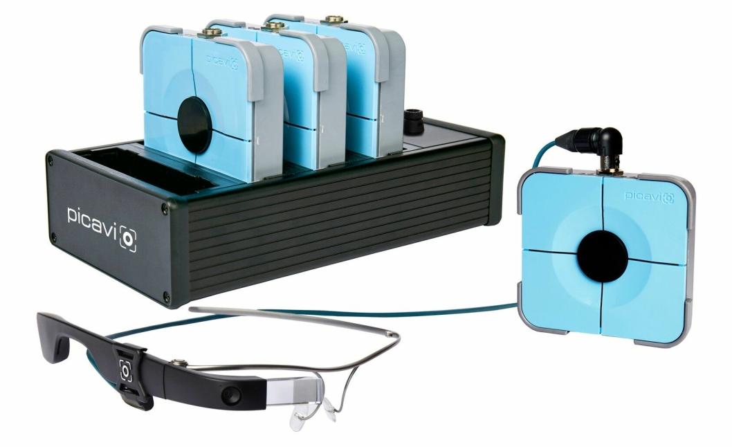 UTSTYRET: Brillene styres av en kontrollenhet som brukeren fester i beltet.