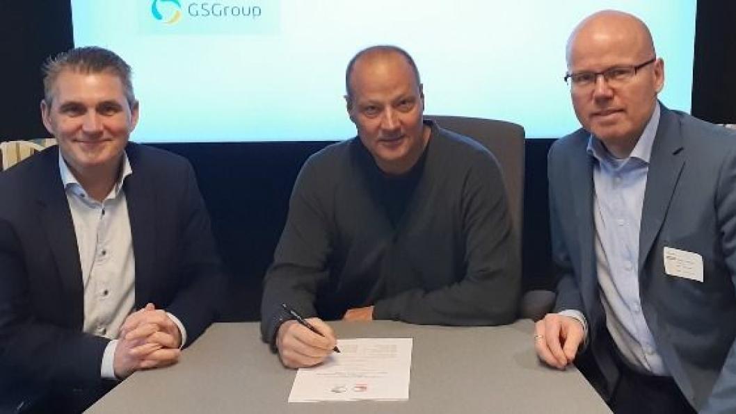 De har undertegnet en av de største enkeltstående IoT-kontraktene i Norge. Fra venstre: Morten Berntsen Divisjonsdirektør i GSGroup, Jan Andresen, Director Carrier Management i Bring og Morgan Kittilsen salgssjef i GSGroup.