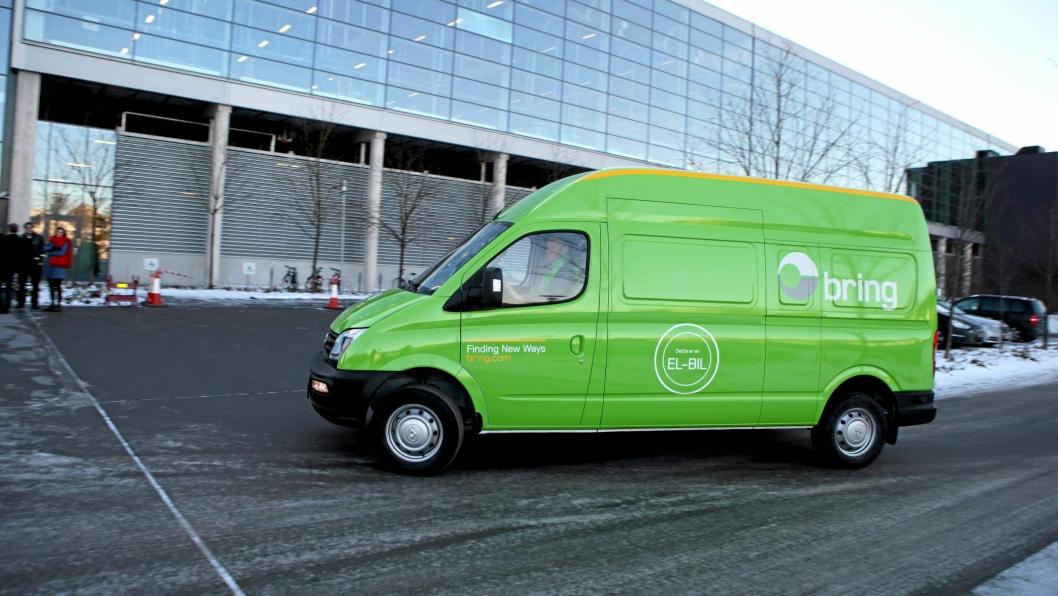Bring testet den store elektriske varebilen Maxus EV80 fra SAIC Motor i desember 2017 og januar 2018 i Oslo sentrum - med egne farger på bilen.Nå, ett år senere, er RSA blitt norsk importør av Maxus-varebil, og Maxus har vunnet et anbud for elektriske distribusjonsbiler for Posten/Bring.