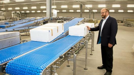 CEO i Hav Line, Carl-Erik Arnesen, viste Moderne Transport rundt på Hirtshals-fabrikken i høst. Nå står fabrikken i fare for å bli stående ubrukt.