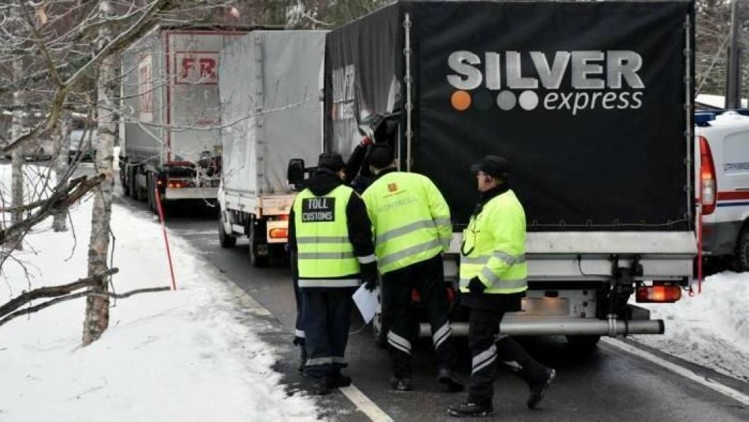 Her sjekker Statens vegvesen, Politiet og Tolletaten lasten i en polsk varebil. Foto: Stein Inge Stølen
