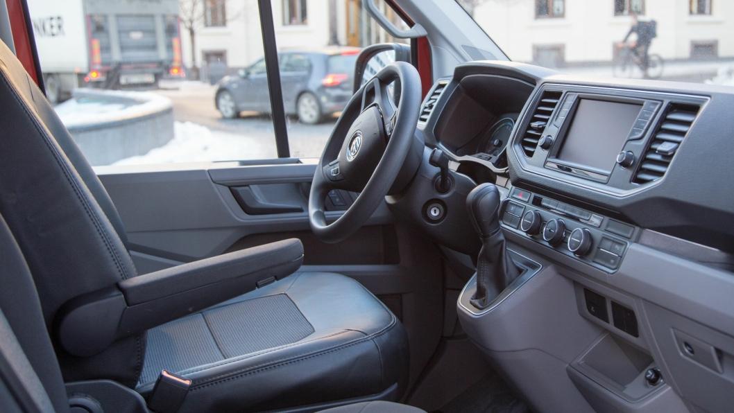 E-Crafterne er godt utstyrt med både parkeringssensor, oppvarmede forsetter og frontrute, laneassist, ryggekamera, varmepumpe og multifunksjonsratt. Blant annet.
