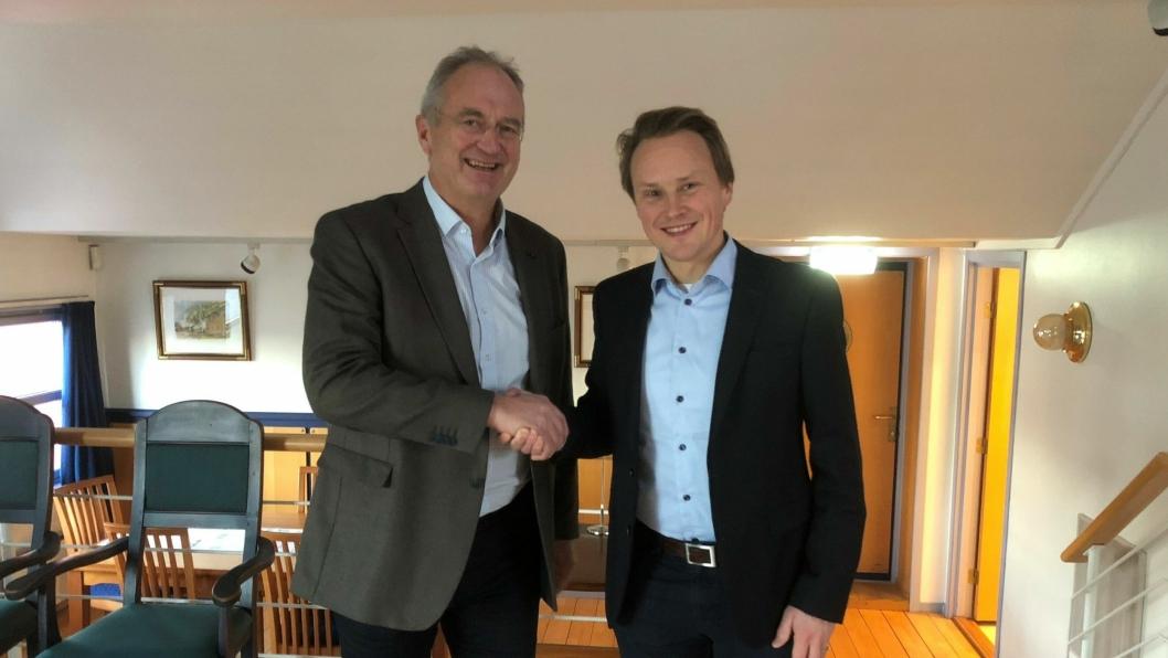 Havnedirektør Einar Olsen i Drammen (t.v.) og direktør Lars Storslett i Moelven Pellets har inngått avtale om eksport av store volumer trepellets til Europa over Drammen havn