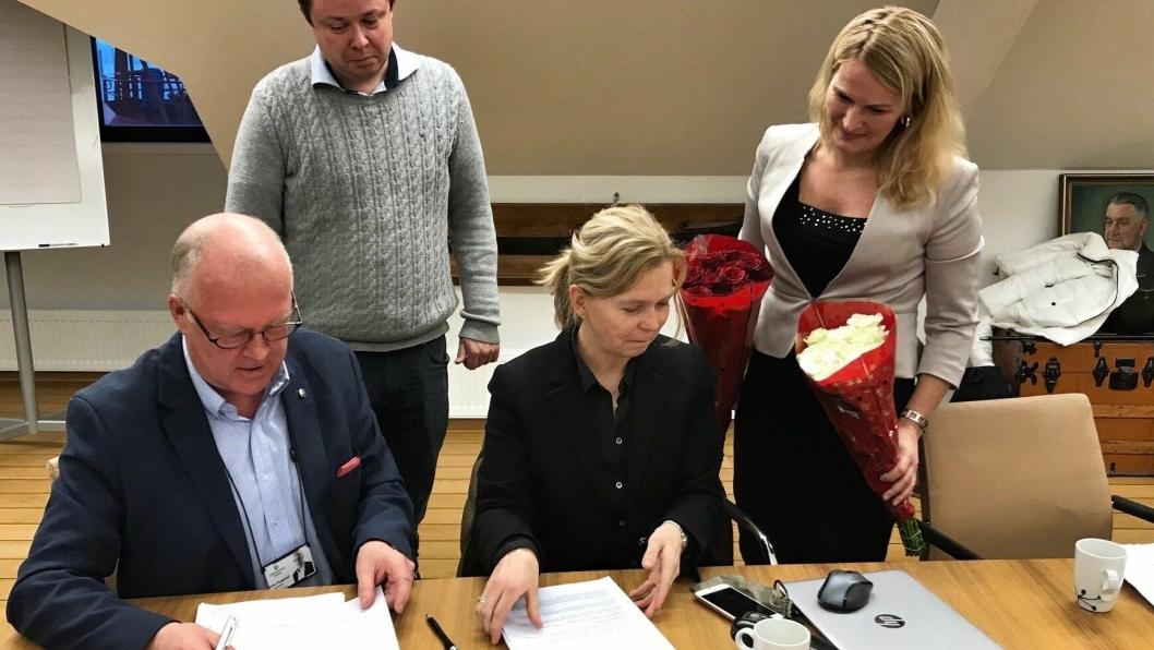 Havnedirektør Finn Flogstad og Tove Nilsen Ljungquist, CEO Agility Subsea Fabrication, signerer leiekontrakten. Ordfører i Skien, Hedda Foss Five, og ordfører i Porsgrunn, Robin Martin Kåss, er fornøyde bivånere. Foto: Grenland Havn.