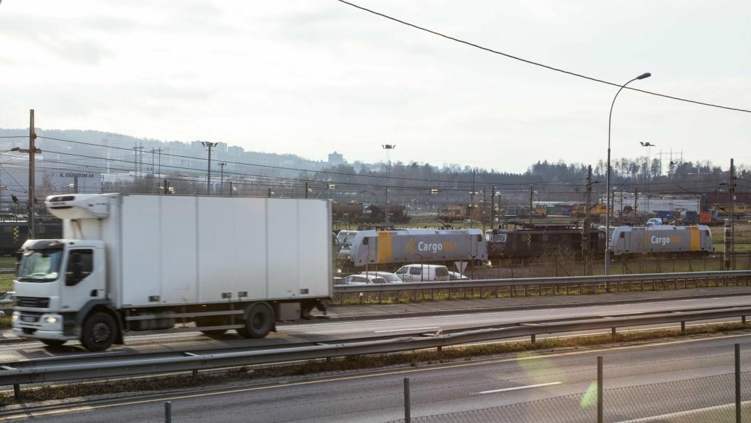 TEGN I TIDEN: Mens togene står suser lastebilene av gårde.