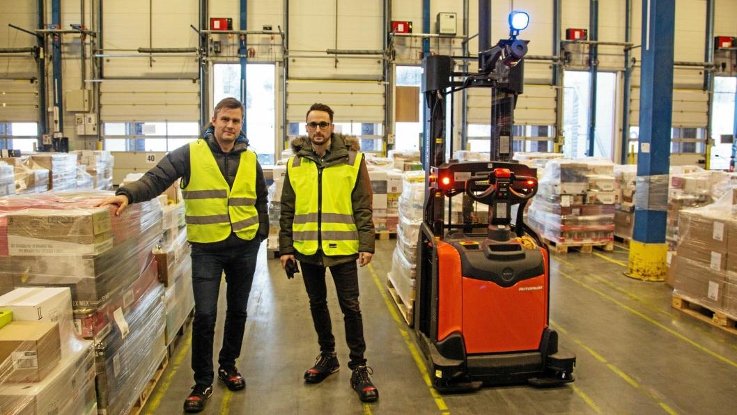 LEVERANDØRER: Kjetil Bjørkestøl og Karim El-Kelish fra Toyota Material Handling har bistått Coop gjennom hele prosessen. Bjørkestøl er utdannet innen teknisk kybernetikk ved NTNU. Han er med for å kunne gjøre nødvendige tilpasninger på truckene, nå i testfasen. – Det er en transformasjon for vår organisasjon også. Vi går fra tradisjonelt trucksalg til å selge mer en tjeneste, sier El-Kelish.