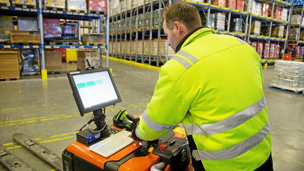 HAR KONTROLLEN: Jan Rune Gellein er en av operatørene som avgjør hvilke oppgaver AGV-ene skal utføre, via terminalen på sin egen truck.