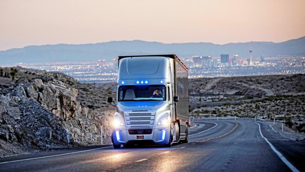 I 2015 fikk Daimlers Freightliner Inspiration Truck (bildet) som første tyngre kjøretøy tillatelse til å kjøre autonomt i USA.Det er fem nivåer innenfor selvkjørende teknologi og nye Actros som kommer senere i år (2019) til ligge på nivå to.