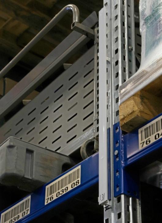 HOLDEPUNKTER: AGV-ene orienterer seg via reflektorer som er satt opp i lageret.