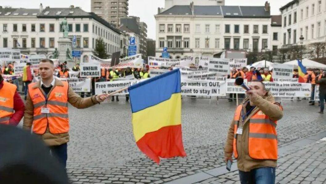 Øst mot vest: Utenfor EU-parlamentet protesterte østeuropeiske sjåfører. Innenfor dørene greide bare EU-politikerne å skape majoritet rundt ett av tre punkter ved veipakken.
