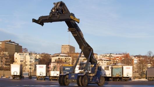 På Hjortneskaia står det en ny reachstacker fra Konecranes som vil brukes i forbindelse med lasting og lossing av skipet.