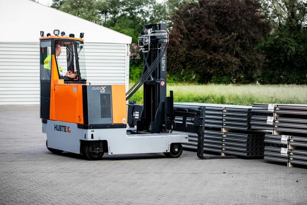 Dette er en lavt priset sidelastertruck tilpasset lang last i trange ganger. Den elektriske trucken kan kjøre i alle retninger og har en kapasitet på 4,5 tonn.
