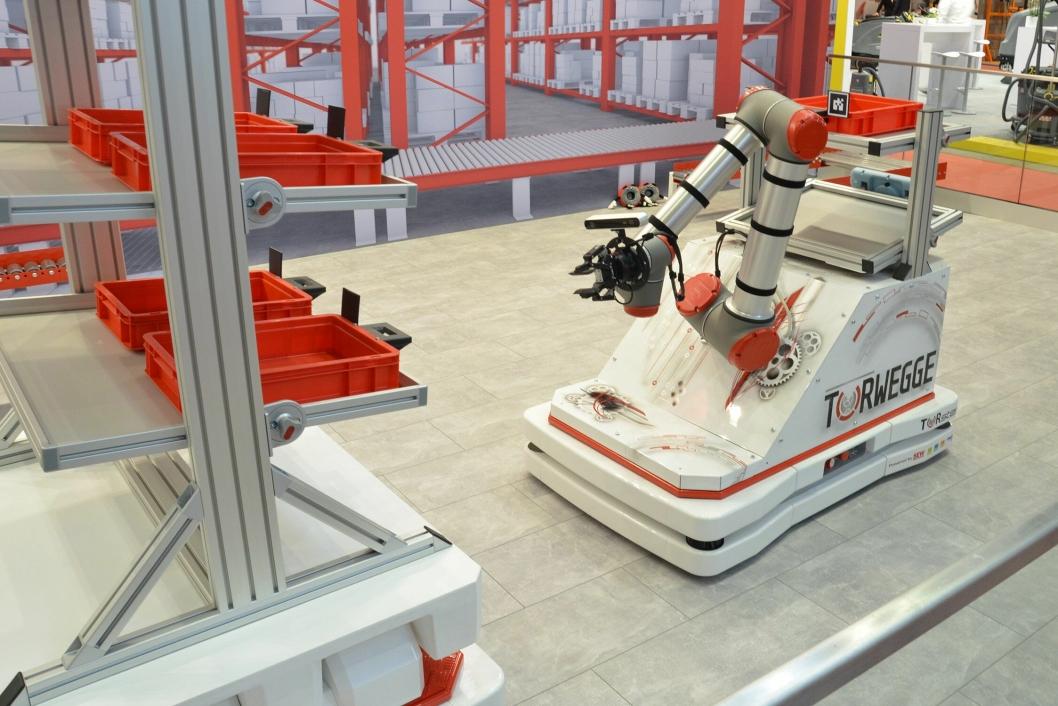 Dette er et påbygg til en tidligere IFOY-vinner, TORsten, og er en kombinasjon av en AGV-truck og en robot. Den nominerte versjonen er utstyrt med en robotarm, som gjør maskinen til en mobil og autonom plukkrobot.