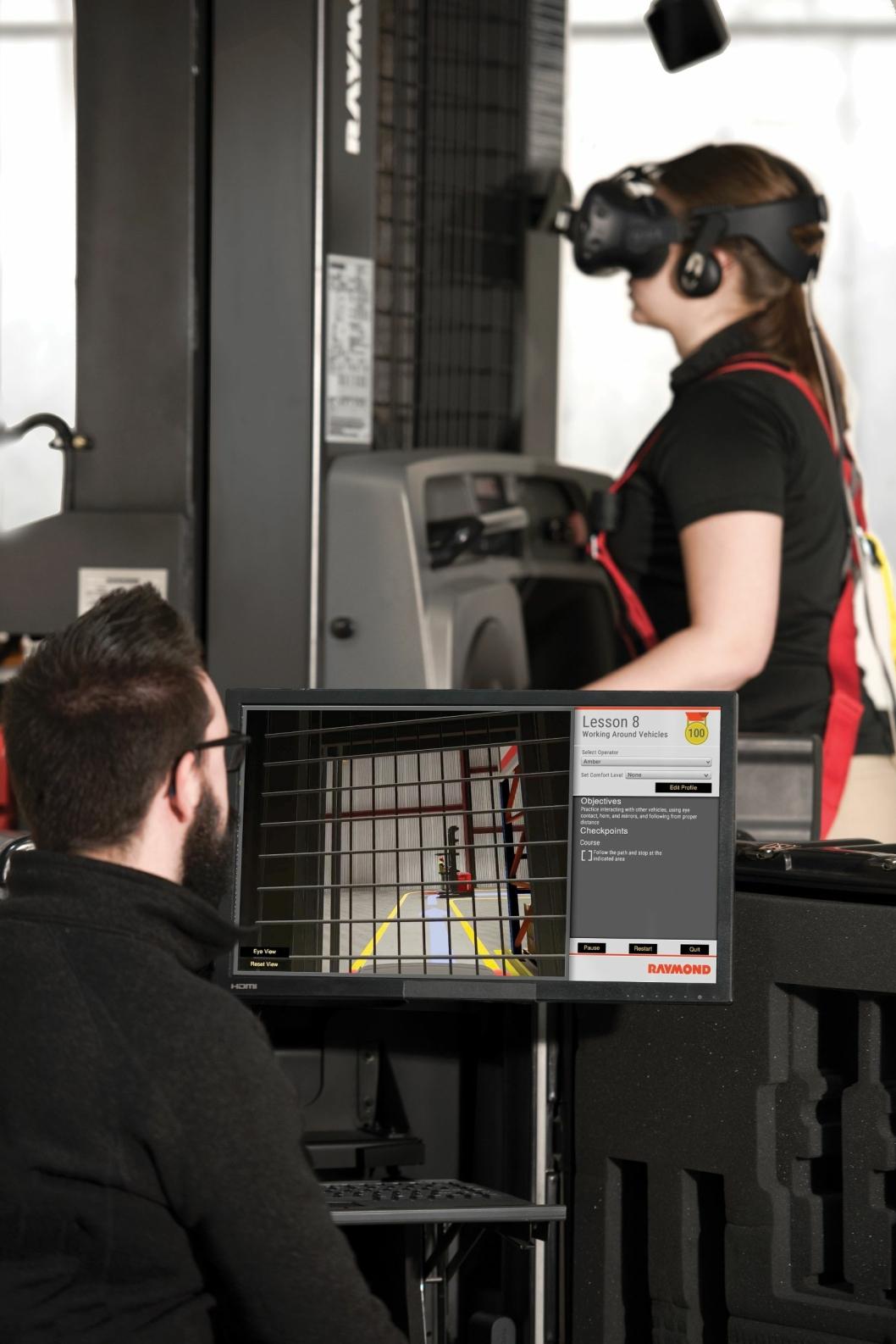 Dette er et opplæringsverktøy for truckførere. Systemet monteres på en gaffeltruck fra Raymond og kobles til selskapets simuleringssystem for å skape et realistisk læringsmiljø.