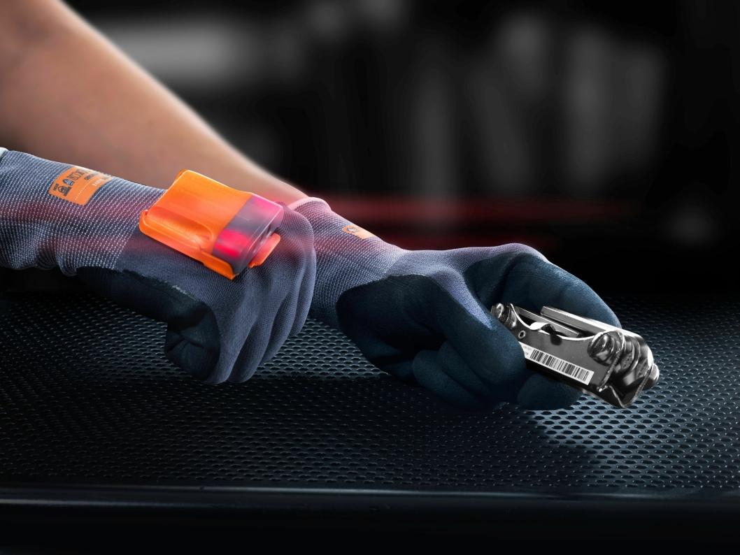 Dette er en smart hanske, som erstatter den tradisjonelle håndscanneren. Den skal bedre ergonomien og gjøre lageransatte mer effektive. Hver prosess registreres automatisk og brukeren kan få raske tilbakemeldinger.