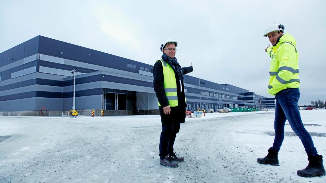 ÅPNER I MAI: Til våren starter driften i lavlager-delen av logistikksenteret. To som knapt kan vente er direktør sentrallager Jan Eilef Tomasi Engen (til høyre) og logistikkdirektør Pål Chr. Andersen.