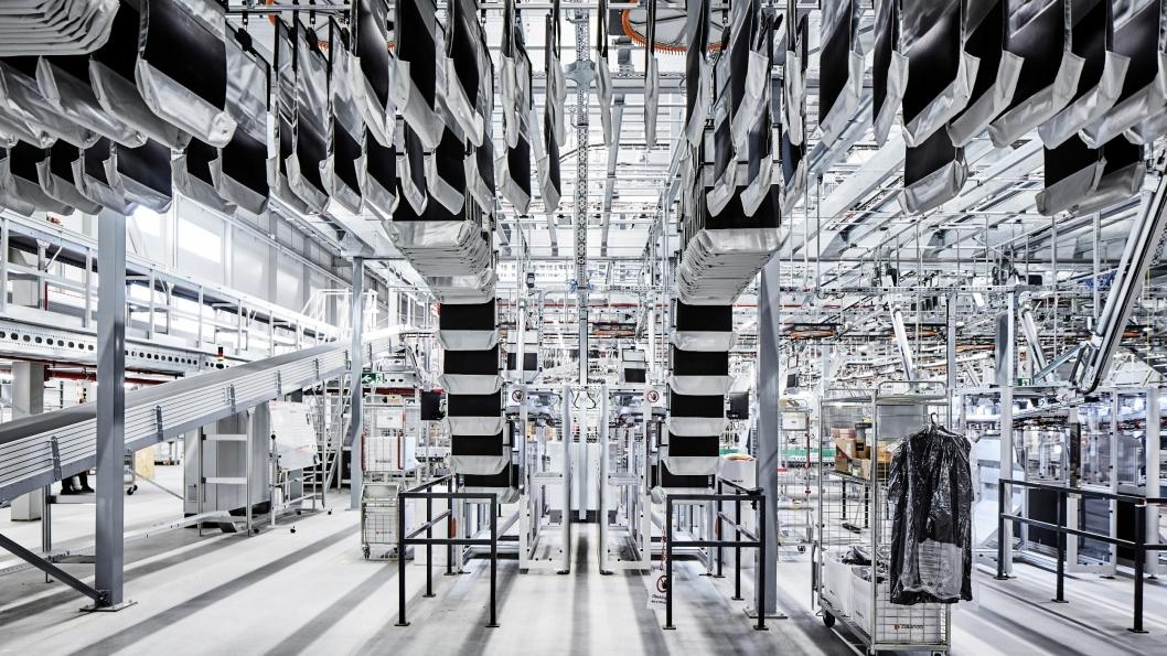 Et helt nytt pocket sorter-system fra Vanderlande skal holde orden på bestilling av tekstilartikler. Maskinen består av løpende bånd med klesposer, som plukkerne fyller én etter én før de automatisk blir sammenstilt i rett rekkefølge til pakkerne som ferdigstiller utsendingene.