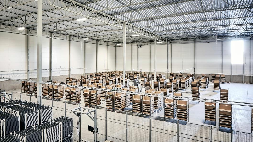 1000 hyller fra Grey Orange blir hentet automatisk av roboter og ført til plukkerne.