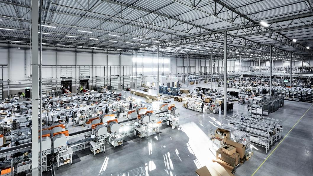 Det nye lageret skal ved full drift ha 500 ansatte. Her fra pakkeanlegget.