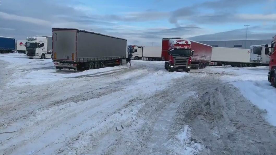 En lang rekke utenlandske biler sto tirsdag morgen snøfast på Fugleåsen. Se NLFs video nederst i saken.