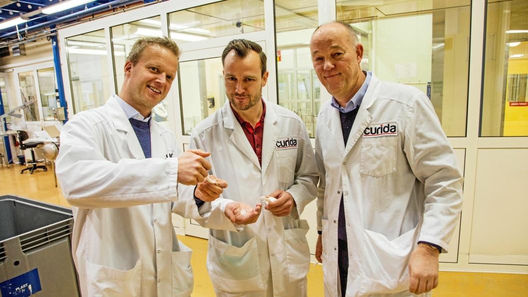 TOPP-TRIO: CEO Leif Rune Skymoen, supply chain manager Peter Chrissafopoulos og veteran Tom Kroken jobber for å trygge arbeidsplassene hos Curida. Her testes en nyprodusert sårgele.