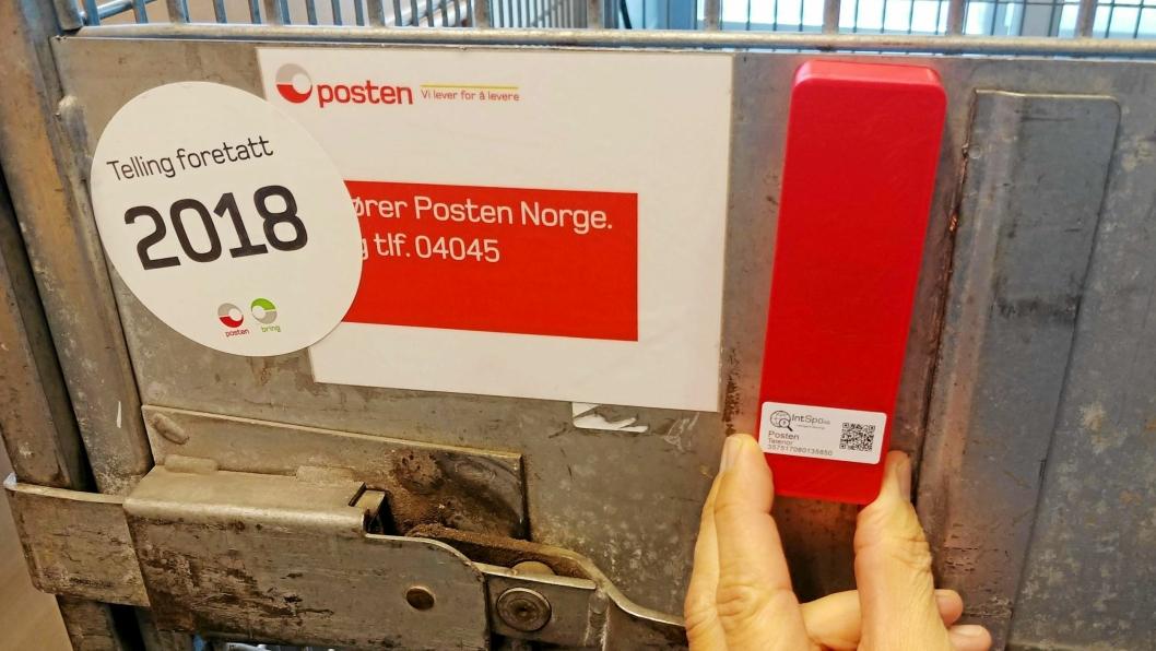 MONTERES PÅ BURENE: Enhetene fra IntSpo er små og værbestandige, og batteriene skal holde til flere års bruk.