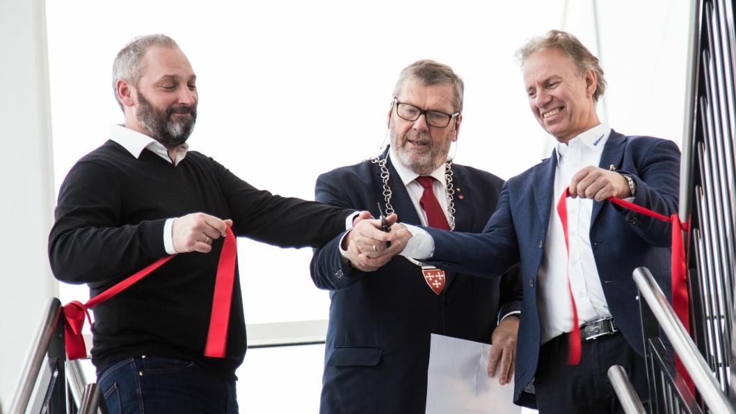 HØYTIDELIG: Vestbys ordfører Tom Anders Ludvigsen (Ap) foretok snorklippingen sammen med managing director i Prime Cargo Joachim Branko Hansen (til venstre) og CEO og eier i SR Group, Bjørn Røstad.