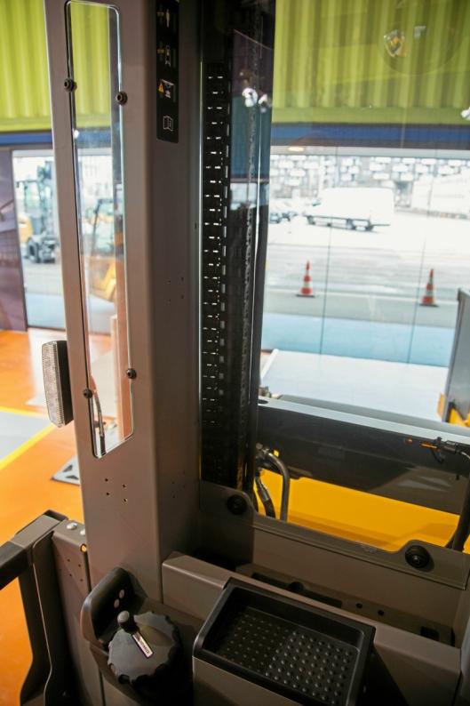 I masten på EKS 416s har Jungheinrich fått plass til et lite vindu, som reduserer dødvinkelen fra førerplass betraktelig.