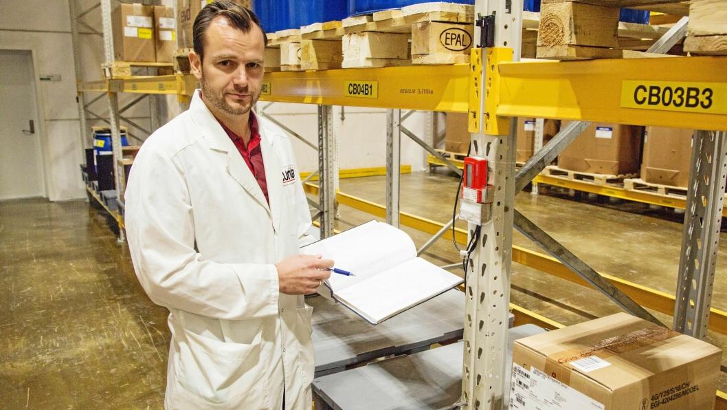 NØYE: Temperatur er viktig og temperaturen på lageret overvåkes både digitalt og manuelt, viser supply chain manager Peter Chrissafopoulos.