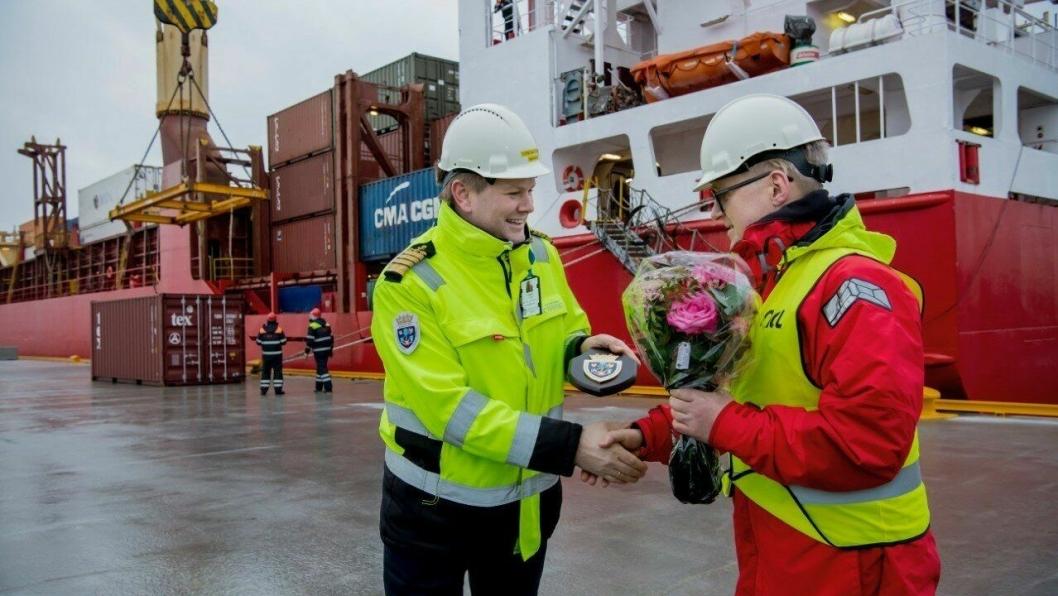 Fra venste: havnedirektør Tore Gautesen i Karmsund Havn takker adm. Dir. Arne Jakobsen i North Sea Container Line AS. Fotograf: Øyvind Sætre/Karmsund Havn.