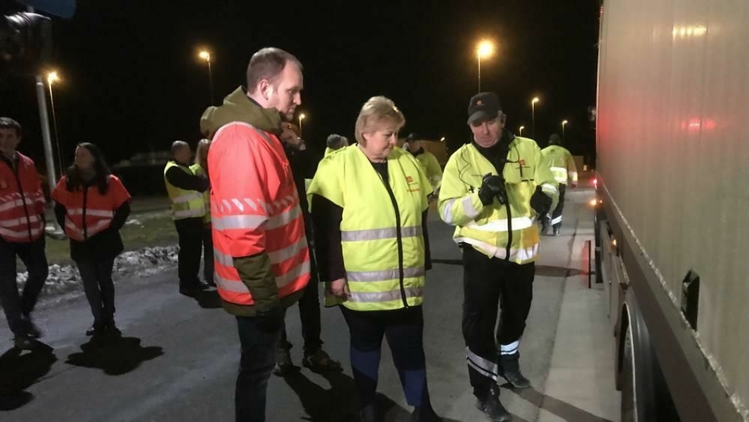 Både samferdselsminister Jon Georg Dale og statsminister Erna Solberg deltok på en kontroll av alle vogntog som kom over grensen til Ørje kontrollstasjon tirsdag kveld. Foto: Samferdselsdepartementet