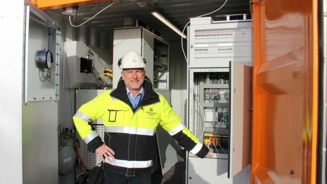 Driftssjef Torben Jepse, Grenland Havn,  foran containeren hvor skipene skal kunne koble seg til landstrøm. Fotograf; Vivi Sævik, PD/Grenland Havn-