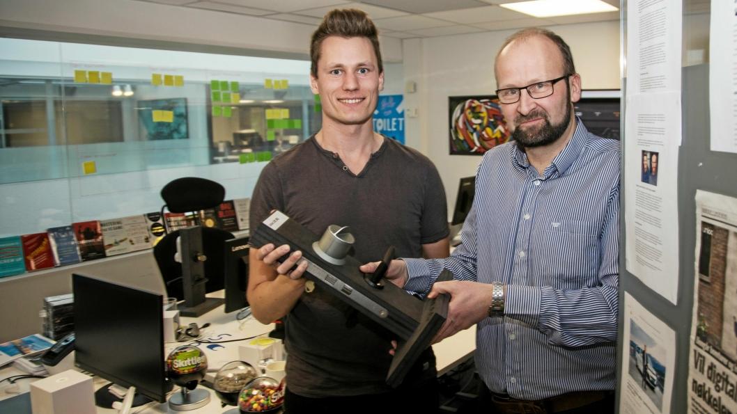 DØRÅPNERE: Gründer Kris Riise (til venstre) og ferske salgssjef Terje Skog Jenssen vil bokstavelig talt åpne dører for logistikkselskapene. Her med en av de digitale låsene Unloc selger.