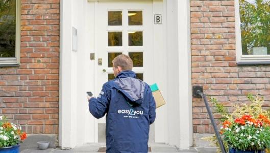 KOMMER SEG INN: Easy2You er en av Unlocs partnere, og kan ved hjelp av appen komme seg inn i oppganger i bygårder og boligblokker for å levere på døra.