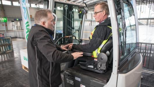 Produktsjef hos UniCarriers Mikael Pålsson forteller det svenske jurymedlemmet Mats Udikas om TX3s fortreffeligheter innen ergonomi. Truckens ratt er under Udikas venstre hånd.