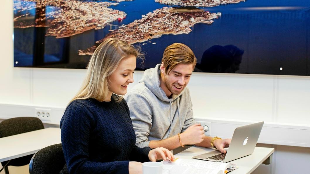 Høgskolen i Molde tilbyr mange studier innen logistikk. Fra venstre Andrea Lindgaard, bachelorstudent, marin logistikk og økonomi og Sivert Kjøl, bachelorstudent i petroleumslogistikk. Nå kommer en ny og grønn studielinje.