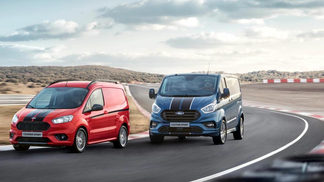 Nye Ford Transit Custom Sport hakk i hel bak Ford Transit Courier Sport på banekjøring.