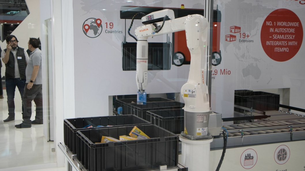 AUTOPLUKK: Swisslog stilte med en Kuka-robot som plukker fra AutoStore-kassene på LogiMAT. Konseptet skal etter planen tilbys på markedet til sommeren.