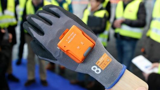 Leseren er festet i en skinne i hansken, slik at man kan bytte ut selve hansken etter hvert som de slites ut.